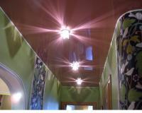 Готовый натяжной потолок в коридоре